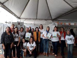 Professores e voluntários reunidos no Stand da UNIPAMPA na 40º Feira do Livro de Alegrete/RS.