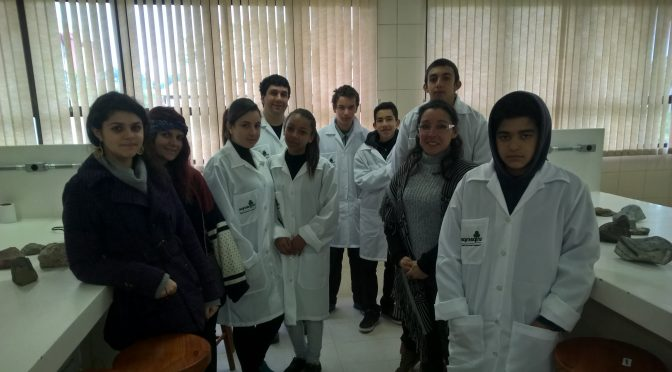 Alunos da Escola Inocencio P. Chaves Descobrindo a Geologia: Por Dentro das Rochas e Minerais !!