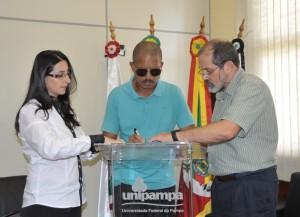 Paulo Moreira assinou protocolo de intenções representando a Associação - Foto: Franceli Couto/Unipampa