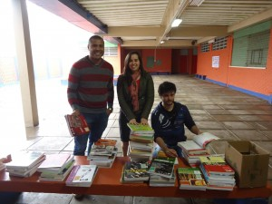 Petianos Éder, Greice e Heverton separando os livros didáticos doados à escola