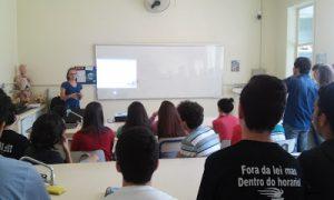 Bolsista Fabiana durante aula expositiva comentando sobre vetores e sistema de forças com a turma 1ª D.