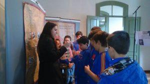 Explanação de bolsista-ID  a estudantes de escola.