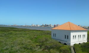 Ecomuseu Ilha da Pólvora e cidade de Rio Grande vistos de mirante.